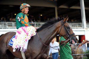 Lucku Stride y su jinete Juan Carlos Díaz en el círculo de ganadores tras la victoria.
